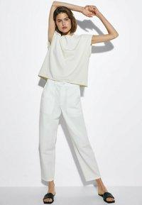 Massimo Dutti - MIT WELLENDETAIL - Basic T-shirt - beige - 1