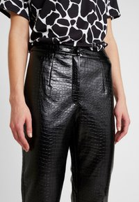 EDITED - KANI PANTS - Broek - schwarz - 4