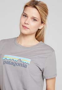 Patagonia - LOGO CREW  - Print T-shirt - feather grey - 4
