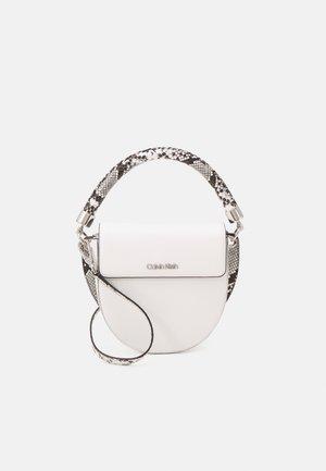 SADDLE BAG - Håndtasker - white
