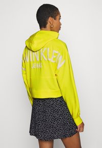 Calvin Klein Jeans - PUFF PRINT CROPPED HOODIE - Hoodie - safety yellow - 2