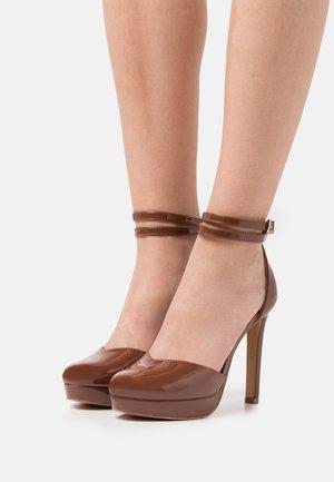 Platform heels - brown