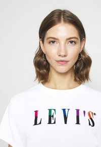 Levi's® - GRAPHIC VARSITY TEE - Print T-shirt - multicolor / white - 7