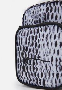 Karl Kani - SIGNATURE SNAKE MESSENGER BAG UNISEX - Across body bag - black - 3