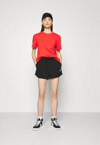 Nike Sportswear - T-shirt med print - light crimson/black - 1