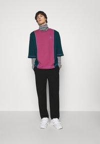 Vivienne Westwood - SLOUNGE - Sweatshirt - green/pink - 1