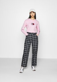 Tommy Jeans - FLAG LONGSLEEVE - Long sleeved top - romantic pink - 1