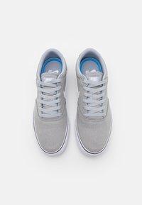 Nike SB - CHRON 2 UNISEX - Skateschoenen - wolf grey/white/black - 3