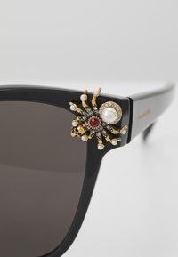Alexander McQueen - SUNGLASS WOMAN  - Sunglasses - black/black/grey - 2
