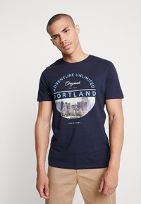 Jack & Jones - JORCOOL CITY TEE CREW NECK - Printtipaita - navy blazer - 0