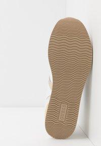 Guess - DAFNEE - Sneakersy niskie - white - 6