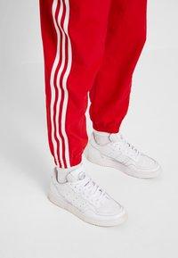 adidas Originals - LOCK UP ADICOLOR NYLON TRACK PANTS - Joggebukse - red - 7