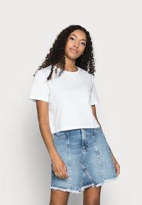 Pieces Petite - PCRINA CROP TOP 2 PACK - Print T-shirt - black/bright white - 3