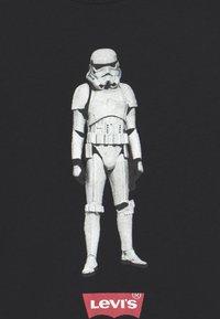 Levi's® - STAR WARS STORM TROOPER UNISEX - Print T-shirt - black - 2