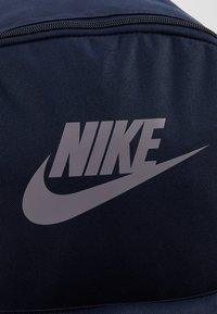 Nike Sportswear - HERITAGE - Reppu - obsidian/atmosphere grey - 7