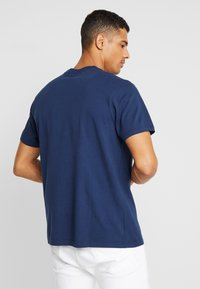 Levi's® - RELAXED GRAPHIC TEE - T-shirts print - crest dress blues - 2