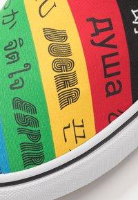 Vans - CLASSIC - Nazouvací boty - multicolor/true white - 6