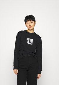 Calvin Klein Jeans - HOLOGRAM LOGO CREW NECK - Sweatshirt - black - 0