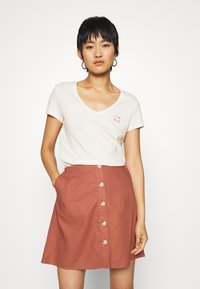 TOM TAILOR DENIM - BASIC VNECK TEE WITH EMBRO - Basic T-shirt - soft creme beige - 0