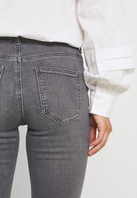ONLY Petite - ONLHUSH LIFE MID  - Flared Jeans - grey denim - 4