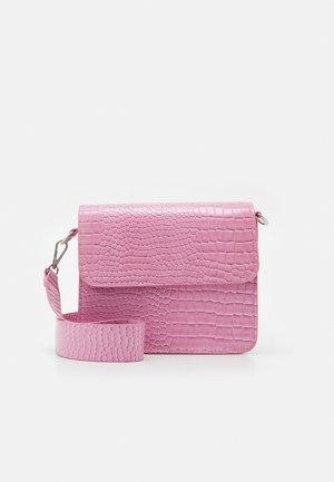 CAYMAN SHINY STRAP BAG - Taška spříčným popruhem - pastel purple