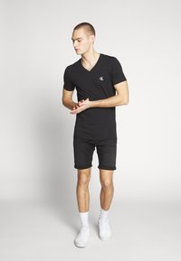 Calvin Klein Jeans - ESSENTIAL V NECK TEE - T-shirt basic - ck black - 1