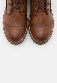 Mustang - Kotníkové boty na platformě - cognac - 4