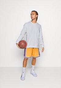 Mitchell & Ness - LOS ANGELES LAKERS NBA FADED SWINGMAN SHORTS - Short de sport - light gold - 1