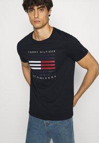 Tommy Hilfiger - CORP FLAG LINES TEE - T-shirt z nadrukiem - blue - 3