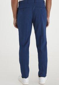 Casual Friday - PIHL SUIT PANTS - Suit trousers - estate blue - 2
