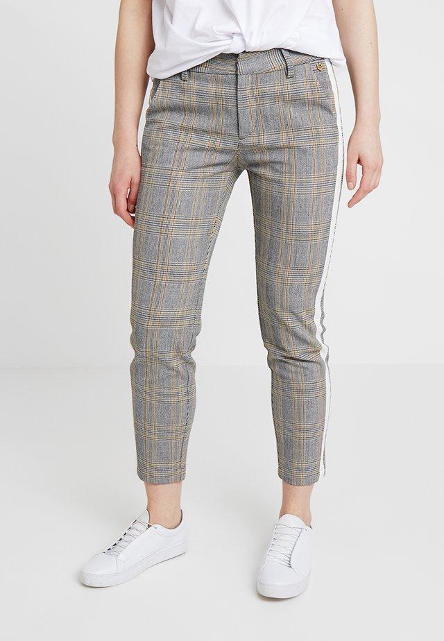 CLAUDIA GLENCHECK - Pantalones - beige/black
