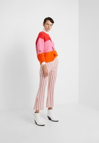 CHINTI & PARKER - GIANT CABLE SWEATER - Neule - bright red/peony/true orange - 1