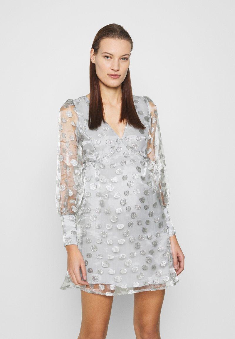 Who What Wear - V-NECK EMPIRE DRESS - Koktejlové šaty/ šaty na párty - silver