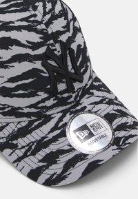 New Era - TIGER PRINT 9FORTY UNISEX - Lippalakki - grey/black - 3