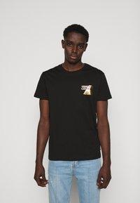Versace Jeans Couture - FOIL - Print T-shirt - black - 0