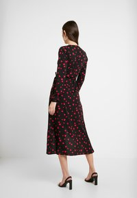 Wednesday's Girl - LONG SLEEVE MIDAXI WRAP DRESS WITH DIPPED HEM - Kjole - black/red/pink - 3