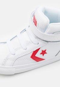 Converse - PRO BLAZE STRAP VARSITY UNISEX - Zapatillas altas - white/university red/blue - 5