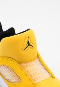 Jordan - 5 RETRO LITTLE FLEX UNISEX - Basketball shoes - black/white - 5