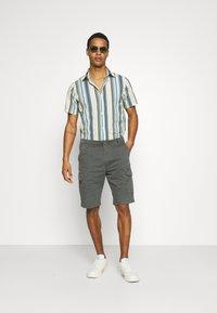 Wrangler - CASEY - Shorts - dark shadow - 1