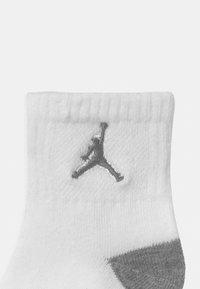 Jordan - CEMENT GRIP 3 PACK UNISEX - Sports socks - carbon heather - 2