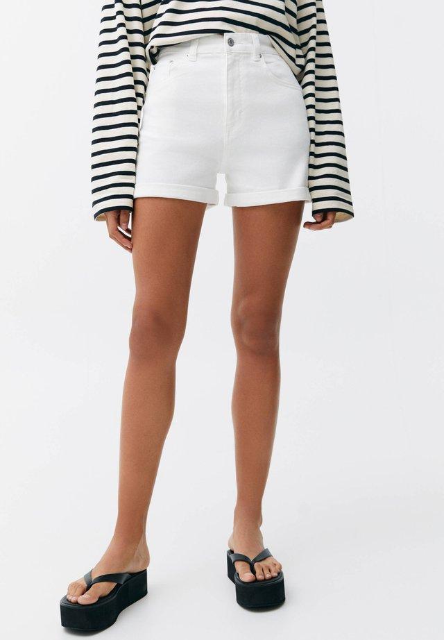 MIT HOHEM BUND - Jeans Shorts - white
