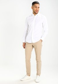 Esprit - SOLIST SLIM FIT - Skjorter - white - 1