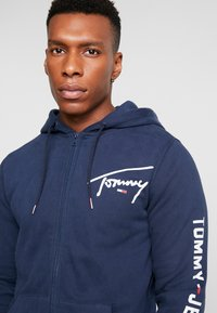 Tommy Jeans - SCRIPT ZIP THROUGH - Sudadera con cremallera - black iris - 3