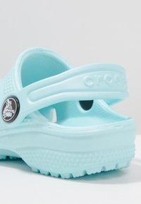Crocs - CLASSIC - Sandały kąpielowe - ice blue - 5