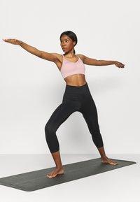 Nike Performance - INDY SEAMLESS BRA - Reggiseno sportivo con sostegno leggero - pink glaze/white - 1