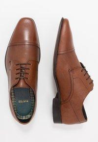 Burton Menswear London - BANKS EMBOSSED DERBY - Veterschoenen - tan - 1