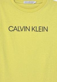 Calvin Klein Jeans - INSTITUTIONAL - T-shirt print - yellow - 2