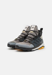 adidas Performance - adidas TERREX TRAILMAKER MID COLD.RDY WANDERSCHUHE - Trekingové boty - metallic grey/clear black/legend earth - 1
