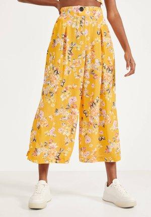 GEBLÜMTE CULOTTE - Trousers - yellow