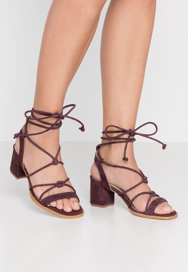 Sandaalit nilkkaremmillä - prune